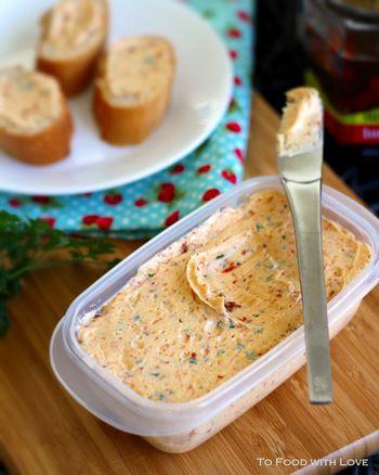パンやパンケーキに塗ったり、食材をソテーするのに使ったり、バターを使うシーンはたくさんありますよね。 何もしなくてもおいしいバターですが、最近アレンジバターなるものがオシャレ女子の間で流行しているのをご存知ですか?バターにフルーツや生クリームなどいろいろなものを混ぜて自分のオリジナルバターにカスタマイズするレシピが話題を集めています。あなたはバターに何を混ぜる?