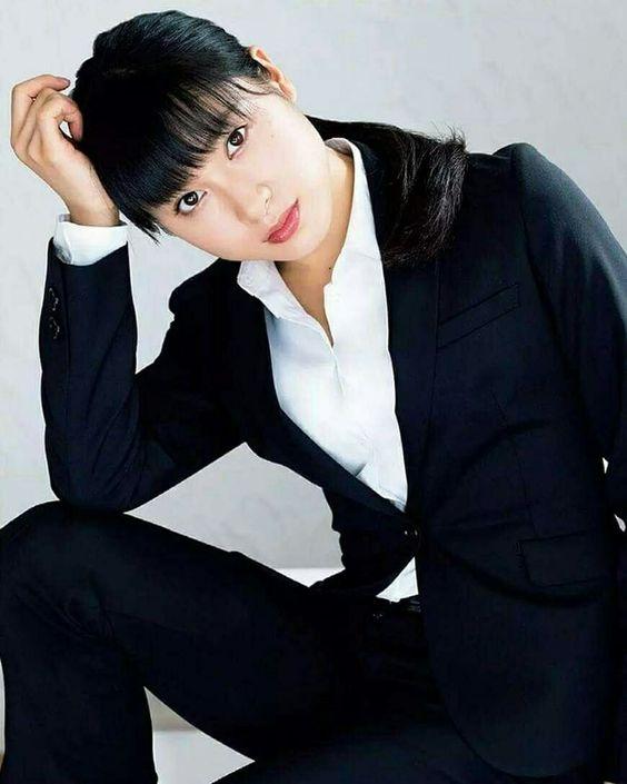 黒スーツの土屋太鳳