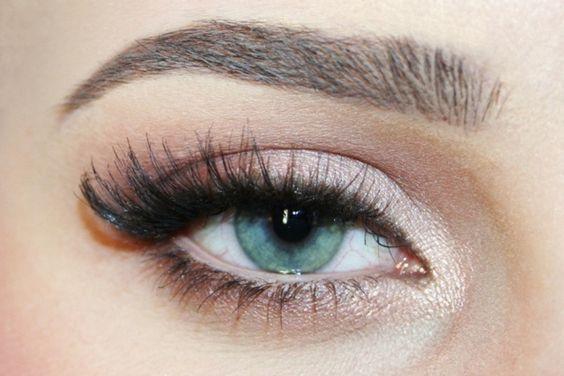 maquillage yeux smokey eye avec fard à paillettes