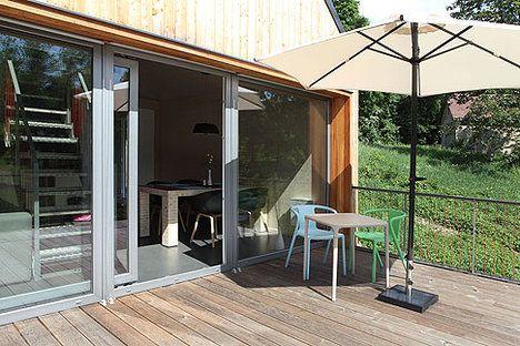 Velká francouzská okna propojují obývák s krásnou terasou; Lina Németh