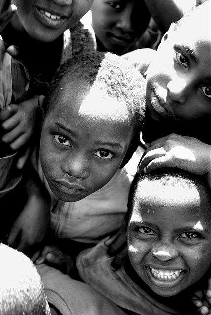 No lo parece, pero son niños de un campo de refugiados en Rwanda, en 2006.