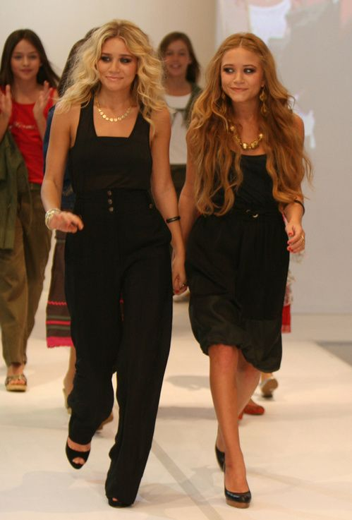 Mary-Kate et Ashley Olsen à la fin de leur premier défilé en février 2006 à Sydney #art #creation #tendance #jewelry #bijouterieenligne #bijouxenor #bijouxargent #bijouxcorail #redcoral #luxury #artisanat #joaillerie #cadeau #enligne #bijouxfantaisie #bijouxmrm #monbijoutier http://www.bijouxmrm.com/ https://www.facebook.com/marc.rm.161 https://www.facebook.com/Bijoux-MRM-388443807902387/ https://www.facebook.com/La-Taillerie-du-Corail-1278607718822575/
