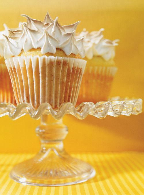 Cupcakes meringués fourrés au citron Recettes | Ricardo: Cupcakes Pop, Cupcakes Muffins, Cupcake, Lemon, Meringue Cupcakes