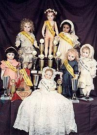 Einige der preisgekrönten Reproduktionen antiker Puppen von Margit Gieszer
