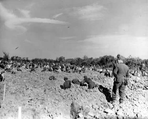 German prisoners to dig a grave in the cemetery Kollevill-sur-Mer (Colleville-sur-Mer).