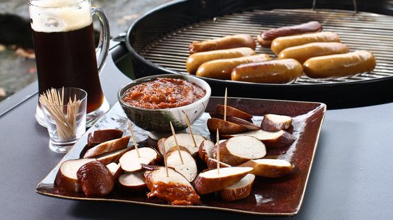 Une recette de bratwurst à la sauce au cari, présentée sur Zeste et Zeste.tv.