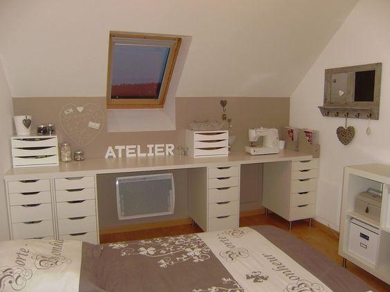 Un super concept de rangement pour un bureau ou une coiffeuse moderne.