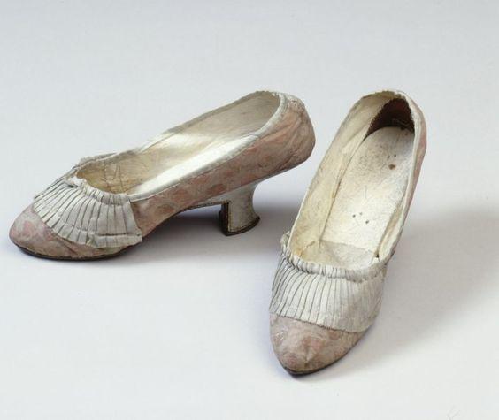 Damenschuhe (Zubehör, Schuhe) Inventarnummer: T3032 Datierung: um 1760 Material/Technik: Obermaterial: Seide, rosa/weiß; Leinwandbindung; B...