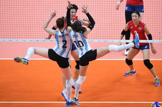 Las argentinas Tanya Acosta y Emilce Sosa intentan bloquear un balón durante el partido de voleibol contra Corea del Sur.