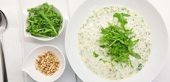 Ruccola-Schaum-Suppe Wer hätte es sich gedacht, das man aus einem Salat eine köstliche Suppe zaubern kann? Diese Ruccola-Schaum-Suppe beweist dies eindrucksvoll. Pinienkerne in einer Pfanne ohne Fett rösten…