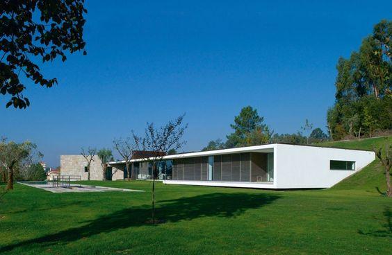 Construido por Topos Atelier de Arquitectura en Póvoa de Lanhoso, Portugal con fecha 2005. Imagenes por Xavier Antunes. La casa de Taíde se sitúa en el municipio de Póvoa de Lanhoso, una región con deslumbrantes paisajes. Por lo tanto, e...
