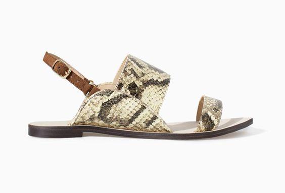 Pin for Later: 17 Schuhe von Zara, die einen Blick Wert sind Zara Frühlingsschuhe Zara Flat Snakeskin Sandal With Straps ($70)
