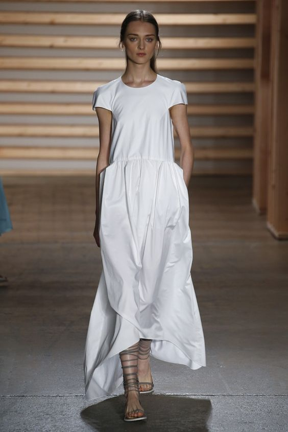Simplicidad en este vestido blanco y muy elegante.