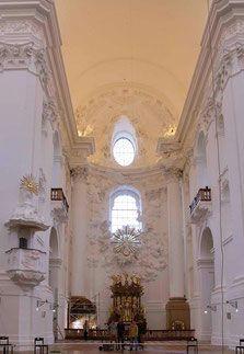 Viajando para a Áustria? Visite e passeie por Salzburg com guia em português e conheça mais sobre a história dessa linda cidade. Dicas do que fazer, onde comer e muito mais... Kollegienkirche - salzburg - university - square