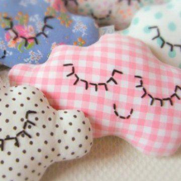 des doudous en forme de nuage pour faire de beaux rêves, réalisés dans des tissus vintage par la créatrice Zü