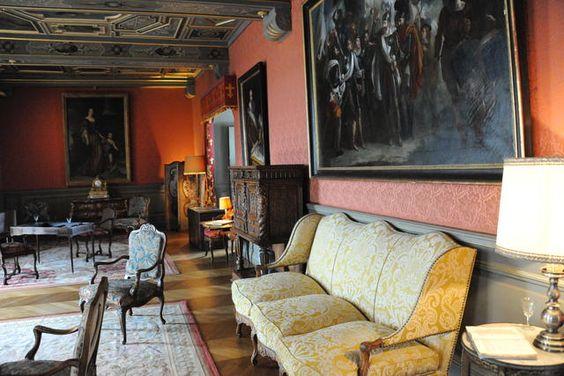Une des nombreuses pièces meublées et décorées du château de Sully.