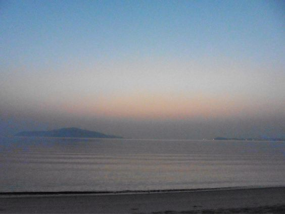( Morning Now at Hakata bay in Japan ) 29 May 4:49 空が白み始めた博多湾と黄砂でかすむ能古島(のこのしま)の島影です。