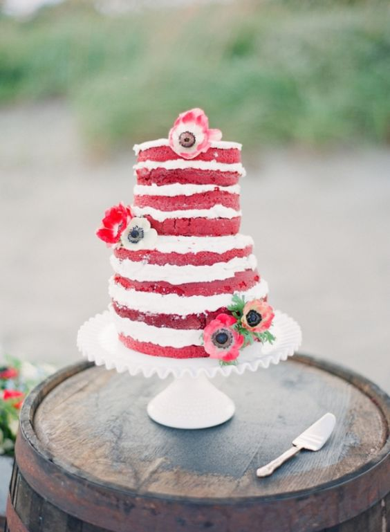 Voeg je thema kleuren toe aan je naked wedding cake #bruidstaart #rood #wit #bloemen #bruiloft #trouwen #inspiratie #naked #wedding #cake #red #white #pie Rood thema voor je bruiloft | ThePerfectWedding.nl | Fotografie: Michelle March Photography