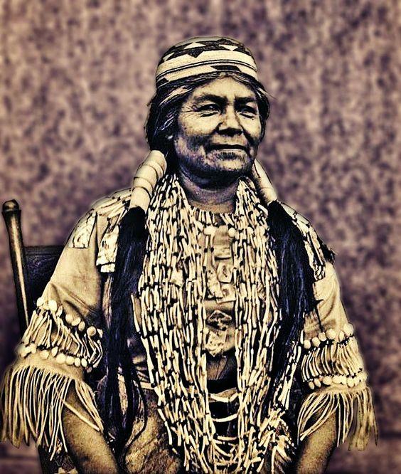 Numisarchives. Shell money: Mujer de la tribu Hupa (norte de California) con collares de dentalium.