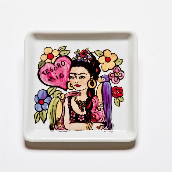 Prato quadrado com o tema Frida Tesoro Mio. #porcelana #porcelanadecorada #porcelanapersonalizada #decoração #decor #pintadoamão #feitoamão #brasil #brazil #homedecor #porcelain #FridaKahlo #Frida #flowers #flores #quote