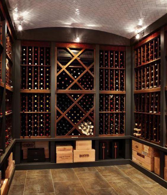 Une cave à vin avec de nombreux rangements