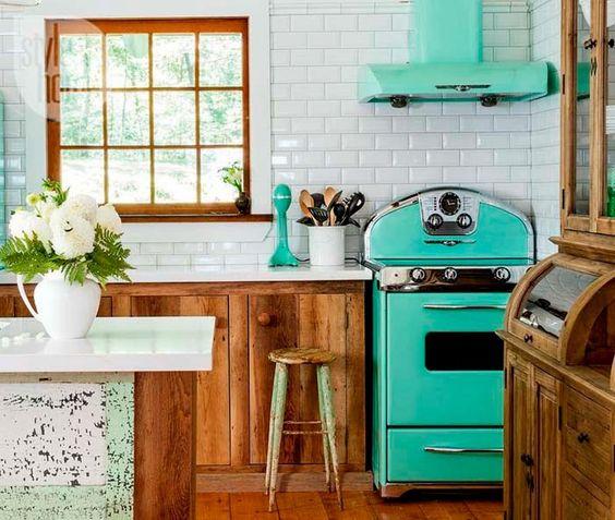 Keltainen talo rannalla: Värejä, rustiikkia ja romanttista