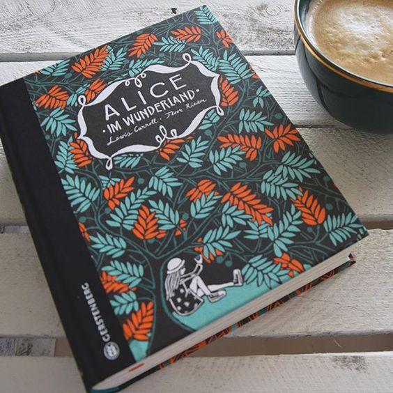 """Ein bisschen wie Liebe auf den ersten Blick - wir sind ganz verzaubert von dieser wunderschönen Ausgabe von """"Alice im Wunderland"""" und """"Alice hinter den Spiegeln"""" 📚😍 Mit welcher literarischen Begleitung verbringt ihr das #wochenende?  #photooftheday #aliceinwonderland #instagood #bookstagram #thalia #thaliabuchhandlungen"""