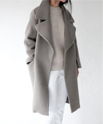 ライトグレーのコートのインナーに、もうワントーン明るいグレーのニットを合わせたコーデ。ボトムスがホワイトなのですっきりと見え、清楚なイメージに。: