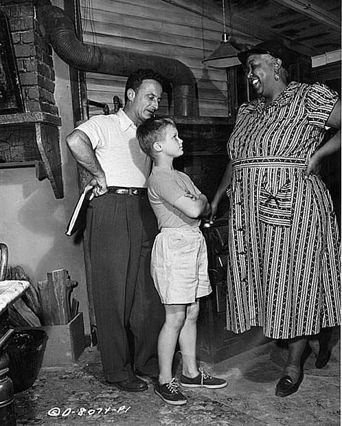Director Fred Zinnemann Poses With His Stars Brandon De Wilde And Ethel Waters In 1952 On The Set Of The Member O Ethel Waters Classic Hollywood Movie Stars