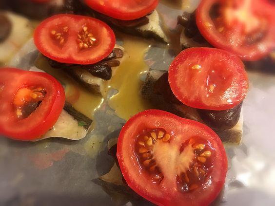 Третий слой: помидоры на кусочках палтуса с шампиньонами. Фото: Evgenia Shveda