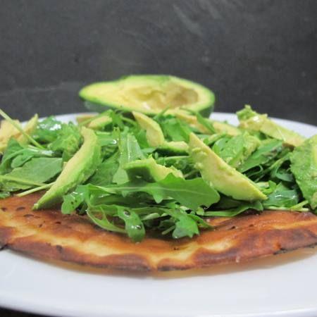 Gluten free - Wrap salteado com rúcula e abacate.