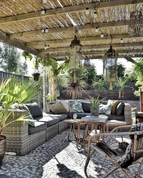 Terrasse Rien De Mieux Qu Une Terrasse Cosy Pour Passer Des Bons Moments Au Soleil Pergola Rustique Decoration Terrasse Beaux Jardins
