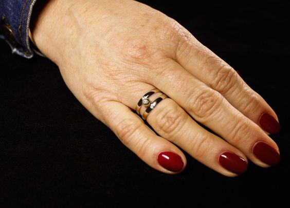 Lees hier het bijzondere proces van de ring...#goudsmidmetpassie #assieraden #herdenkingssieraden  https://www.goudsmidmargriet.com/hun-verhaal/herinneringssieraden/wit-geelgouden-damesring-met-3x-diamanten-en-het-as-van-de-overledene/