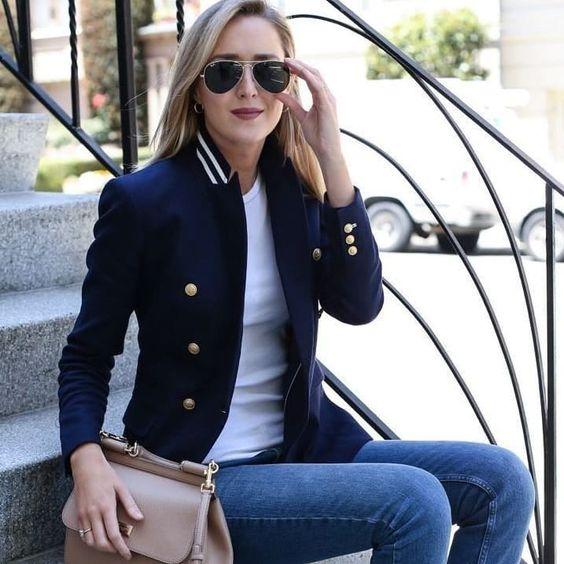 A elegância e sofisticação do azul marinho.  Que tal se inspirar e usar as suas peças azul marinho? Deslize para lindas inspirações. Os looks monocromáticos  deixam a mulher sempre  bem vestida além de alongar a silhueta e parecer mais magra. O azul marinho fica absolutamente lindo e sofisticado combinado com preto. Também combina com o cinza bege marrom vinho vermelho e amarelo. Com camisa branca e blazer azul marinho um estilo clássico. Com listras ou poás o estilo navy. Um belo casaco camelo