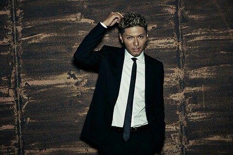 細いネクタイの黒いスーツを着ているEXILEのSHOKICHIの画像・壁紙
