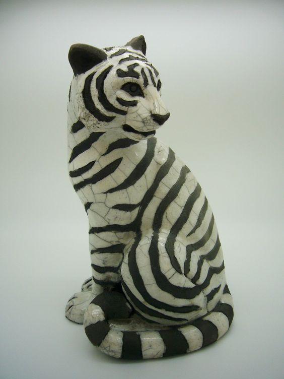 Tigre blanc assis technique cuisson raku : Sculptures, gravures, statues par kerzouzouille