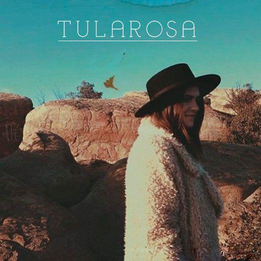 Viajando pelo instagram encontrei a Tularosa. Marca estilo boho, com peças cheias de franjas, estampas mara e materiais naturais, mas tudo com um quê sexy.