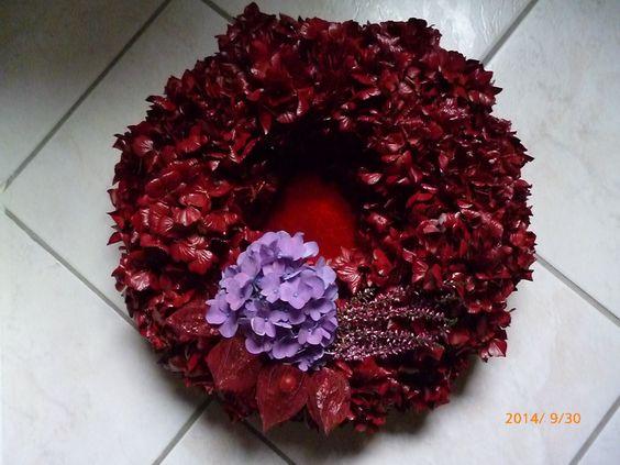 Kranz mit gefärbten Hortensienblüten