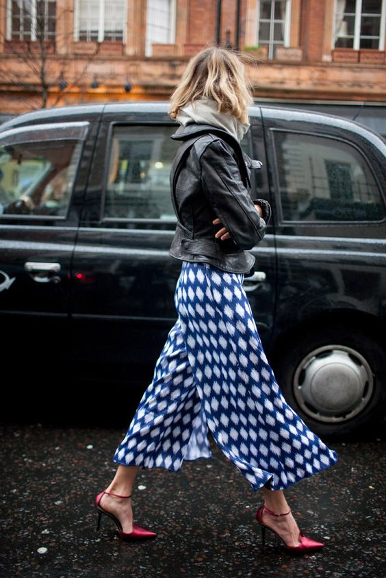 jaqueta de couro, street style, calça pantacourt estampada, scarpin: