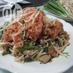Gebratene Korat Nudeln (Pad Korat) - Pad Korat ist ähnlich wie das bekanntere Pad Thai ein Gericht aus gebratenen Nudeln. Es ist mit den angegebenen Chilis eher scharf, daher nach gewünschter Schärfe weniger Chili verwenden. @ de.allrecipes.com