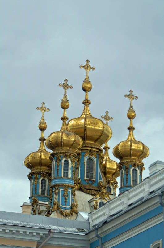 Catherine Palace (1752) - The 5 balls belong to the palace church was inaugurated in 1756, is built in a mixture of Russian style with the Baroque.
