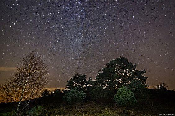 Een foto van de melkweg gezien vanaf de Veluwe! De melkweg is een sterrenstelsel. Dit is als het ware een grote verzameling van gas, stof en miljarden sterren. Fotograaf RickKloekke wist er een haarscherpe foto van te maken.