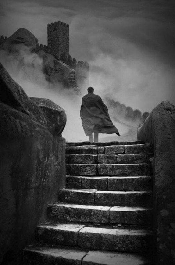 Siguió sus pasos sin pensarlo; él la llevaba hacia un castillo del cuál nunca imaginaría que sería cautiva.