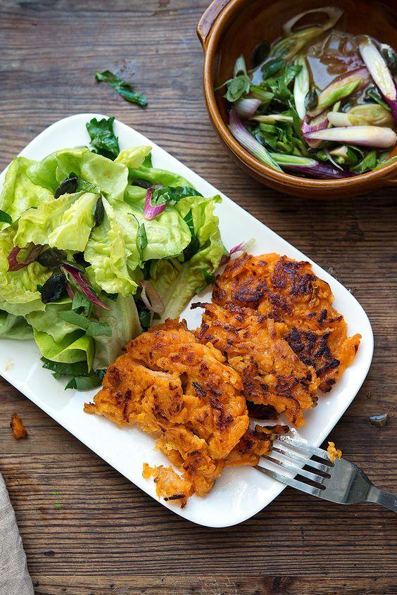 Süßkartoffeln sind nicht nur süss und köstlich, sie haben auch noch ein riesen Nährstoffpaket vorzuweisen. Carotinoide, Folsäure, Magnesium, Vitamin C, E, B2 und B6 kommen in der ballastoffreichen Knolle daher. Ein Grund mehr sie öfter auf den Tagesplan zu setzen. Die frische des Salats bringt ein gutes Gegengewicht zu den erdigen Puffern. Mit dem Rapsöl kommenRead more