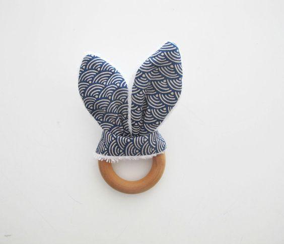 A la fois doudou et anneau de dentition, ces oreilles de lapin d'inspiration Steiner et Montessori, seront vite adoptées par votre bébé! L'anneau en bois, soigneusement sélectionné et 100% n...