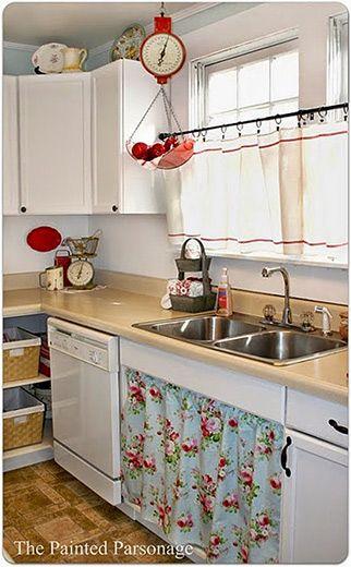 Um improviso fofo na decoração da cozinha seja por falta de dindim ou para quem não quer investir num imóvel alugado, a cortina é uma solução que pode surpreender. Aliás, nem sempre é solução, às vezes é opção.: