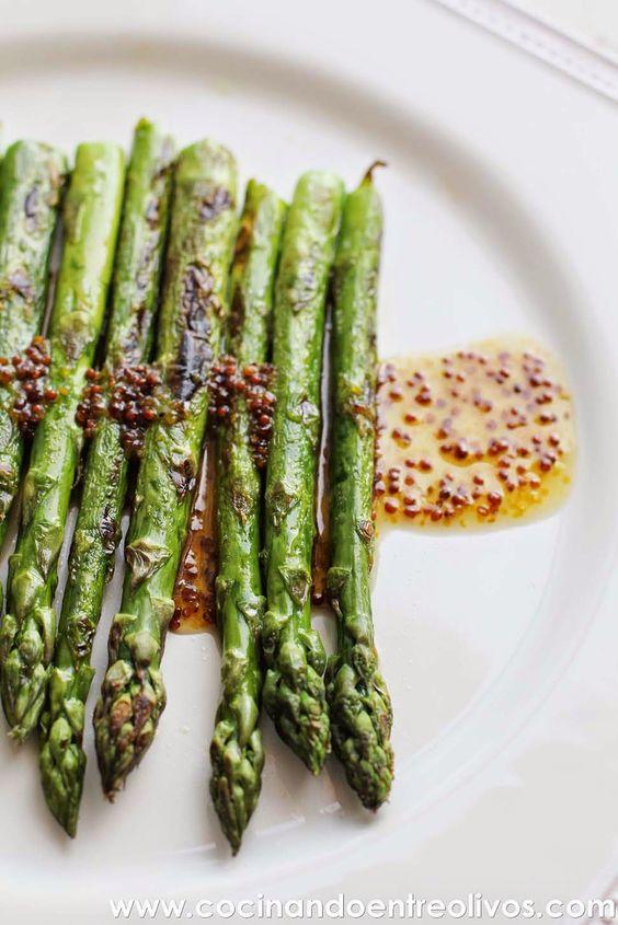 Cocinando entre Olivos: Espárragos verdes a la plancha con vinagreta de mostaza, miel y aove. http://cocinandoentreolivos.blogspot.com.es/2014/04/esparragos-verdes-la-plancha-con.html