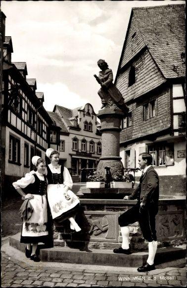 Ansichtskarte / Postkarte Winningen Mosel Pfalz, Frauen in Trachten, Brunnen 1964 #Mosel