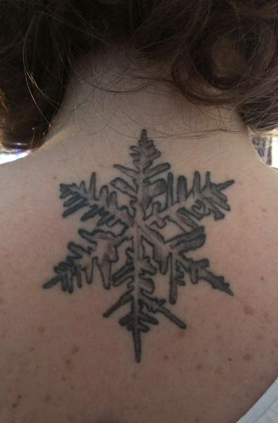 """adascommegna  #casttattoo  In redazione stanno arrivando tantissime foto di tatuaggi con storie bellissime.  Grazie a tutti e continuate così!  Ecco il tatuaggio di """"adascommegna"""".  """" Ho scelto un fiocco di neve per rappresentare mia madre, che si chiama Bianca. Mi sembrava un modo carino per esprimerle il mio affetto. E' una dedica alla sua bellezza, alla sua fragilità, ma soprattutto richiama il suo nome. """"  http://tattoo.codcast.it/"""