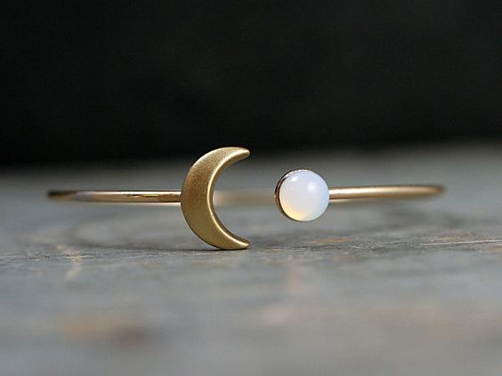 Goldener Mond Armreif mit Vintage Glasopal